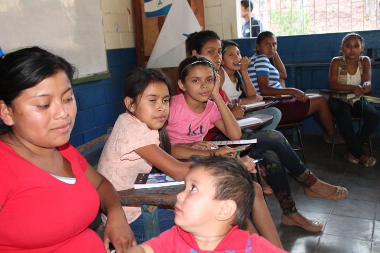 niñas y madres reciben el taller